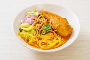 Noord-Thaise noedelcurrysoep met kip foto