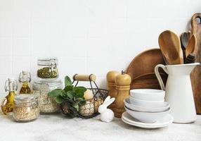 keukengerei, gereedschap en servies op de achtergrond witte tegel muur. foto