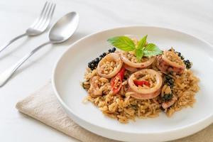 basilicum en pittige kruiden gebakken rijst met inktvis of octopus foto
