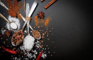 een set van specerijen en kruiden met lepel foto
