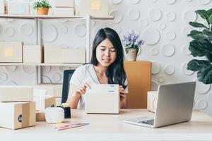 startende kleine ondernemer mkb of freelance vrouw die thuis werkt foto