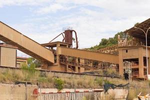 voormalige cementfabriek, gesloten en verlaten. foto