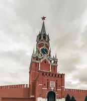 spasskaya toren van het kremlin van moskou op een bewolkte dag. foto