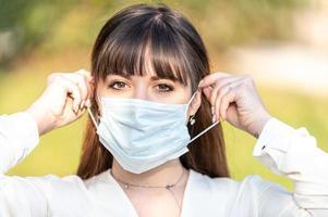 meisje met medisch masker veroorzaakt covid 19 foto