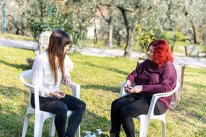 meisjes roken elektronische sigaret in de tuin foto