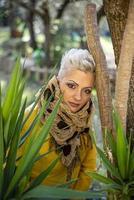 portret kort haar blond meisje tussen de natuur foto