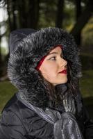 brunette meisje in winterkleding berglocatie foto
