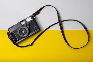 oude camera in modern pad foto