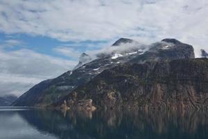 kustlijn van de prins christian sund passage in groenland foto