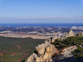 het uitzicht op de stad Sokcho vanaf de top. Seoraksan Mountains, Zuid-Korea foto