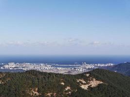 het geweldige uitzicht op de stad Sokcho vanaf de top. soraksan nationaal park, zuid-korea foto
