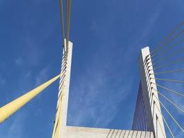 grote brug en de blauwe lucht op de achtergrond foto