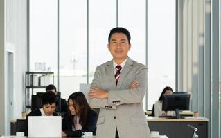portret van een zakenman van middelbare leeftijd die op kantoor staat foto
