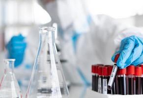 wetenschappers in persoonlijke beschermingsmiddelen die onderzoek doen foto