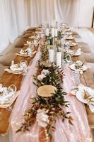 prachtig versierde tafel voor bruiloft foto