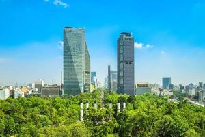 skyline van mexico-stad en chapultepec park foto
