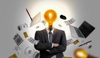 leiders zitten vol met zakelijke ideeën en management mixed media foto