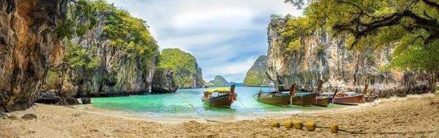 blauw water bij lao cognossement eiland, krabi provincie, thailand foto