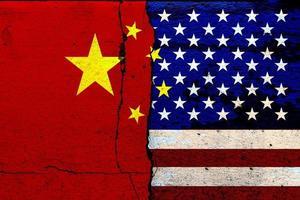 de vlag van de verenigde staten van amerika en de vlag van china en de economische strijd verf op gebarsten muren mixed media foto