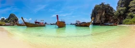blauwe zee bij koh hong, krabi provincie, thailand foto