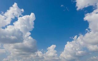 blauwe lucht met wolken achtergrond, zomertijd, mooie lucht foto