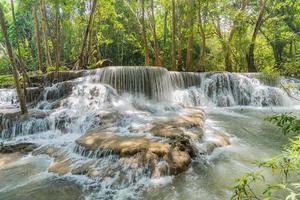 huai mae khamin waterval in kanchanaburi, thailand, prachtige waterval beautiful foto
