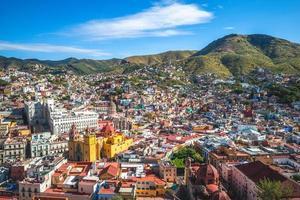 luchtfoto van guanajuato met kathedraal in mexico foto