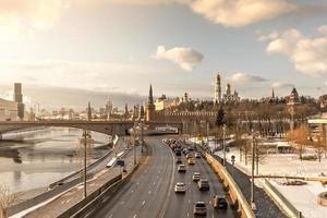 uitzicht op de stad op de rivier de Moskva en het Kremlin in de winter foto