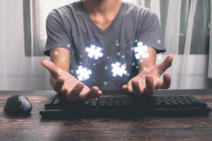 zakenman handen verbinden puzzelstukjes die de fusie van twee bedrijven of joint venture, partnerschap, fusies en overname concept vertegenwoordigen. illustratie foto