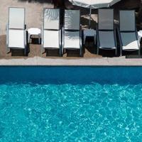 achtergrond voor zomervakantiethema's en hotels met zwembad foto