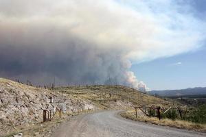 bewijs van oude bosbrand in de Gila nf met golvende rook van het huidige Johnson Fire op de achtergrond foto