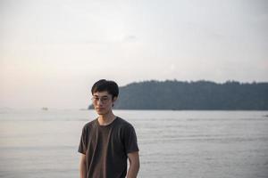 een nadenkende man op het strand foto
