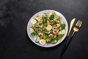 salade met garnalen, avocado, komkommer, pompoenpitten en lijnzaad met olijfolie foto