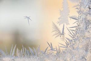 vorstpatronen op het glas van het winterraam bij ijskoud weer foto