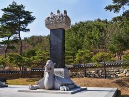 sculpturen in de naksansa-tempel. yangyang stad, zuid-korea foto