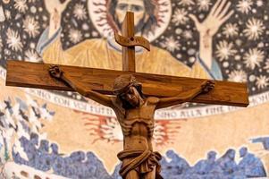 houten kruisbeeld met handgesneden jezus foto
