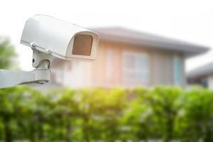 CCTV-camera met gesloten circuit, tv-bewaking bij de bouw van een huisdorp, beveiligingssysteemconcept. foto