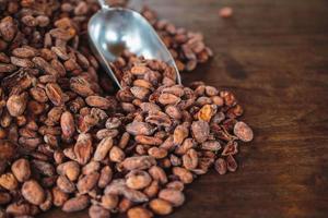 rauwe cacaobonen op een houten tafel foto