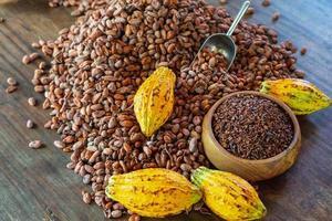 cacaobonen en cacaovruchten op houten tafel foto