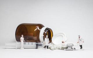 eenvoudige conceptuele foto, minifiguur artsen en verpleegsters minifiguur evacuatie van geïnfecteerde patiënten foto
