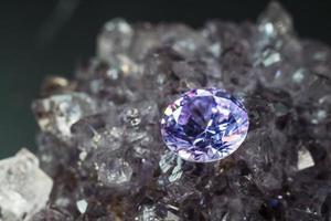natuurlijke paarse saffier edelsteen, paarse amethist edelsteen sieraden foto
