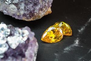 natuurlijke gele saffier edelsteen, mooie gele gouden citrien edelsteen geïsoleerd op zwarte achtergrond, als sieraden achtergrond foto