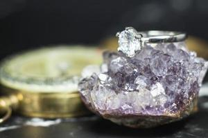 close-up van diamanten verlovingsring. liefde en bruiloft concept foto
