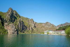 landschap van het sinpyeong-meer in noord-korea foto