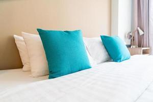 mooie en comfortabele kussens decoratie op bed in slaapkamer foto