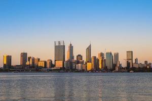 skyline van perth door swan river in west australië foto