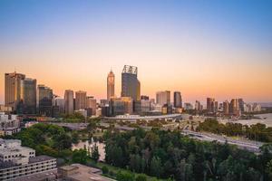 skyline van Perth in de schemering in West-Australië foto