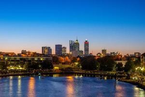 skyline van perth 's nachts in het westen van australië foto