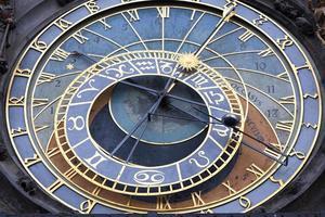 astronomische klok op de muur van het oude stadhuis van praag, tsjechische republiek foto