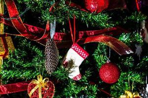 hangende kerstversieringen op dennenboom foto
